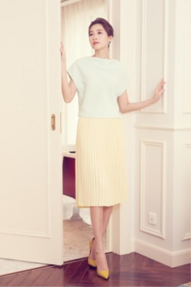 Những mẫu thiết kế đơn giản nhưng hiện đại và sành điệu là bí quyết tỏa sáng cho những quý cô thành đạt.