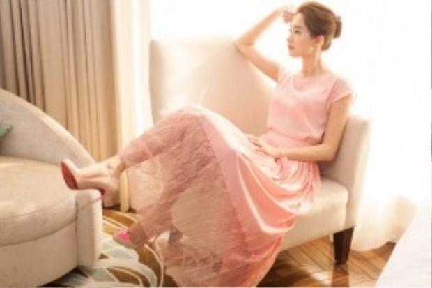 Son màu hồng hay cam với tông nhẹ là lựa chọn tốt nhất cho những cô nàng say đắm style này.