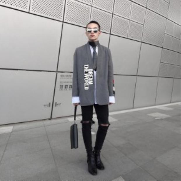 """Kelbin Lei chia sẻ trên trang cá nhân với dòng chữ: """"Đồ mình tự thiết kế được khen quá trời"""". Chàng fashionisto đình đám nhất showbiz Việt không hổ danh tại Seoul khi chứng minh gu thời trang rất đỉnh của mình."""