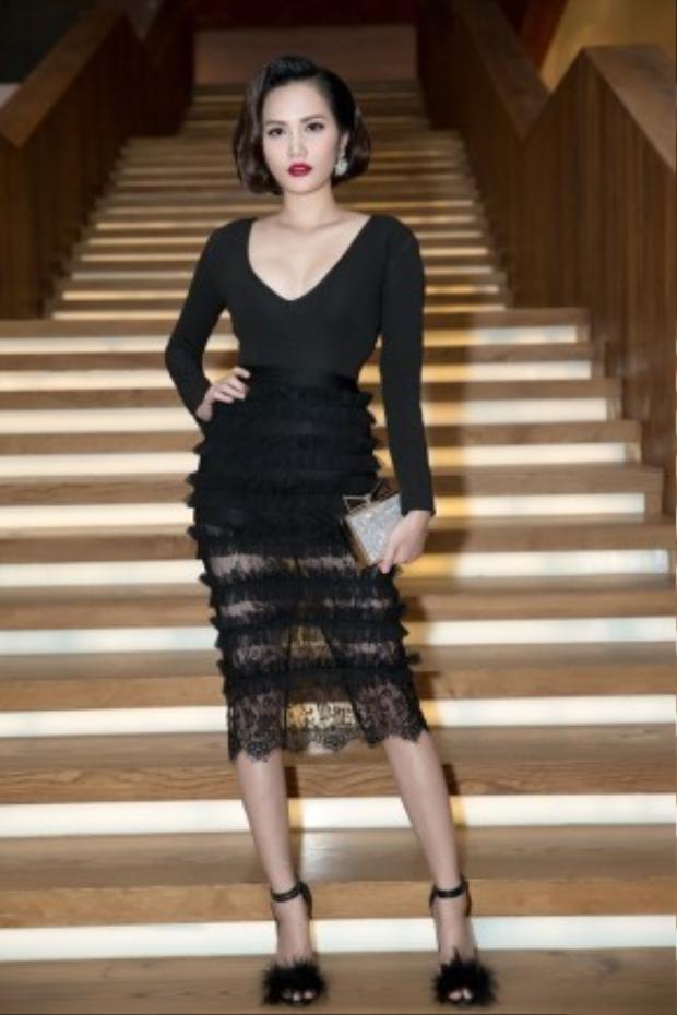 Hoa hậu Đông Nam Á - Diệu Linh mặc đầm xẻ ngực đen quyến rũ, chân váy xuyên thấu giúp cô khoe được đôi chân thon dài tại sự kiện Fashion show.