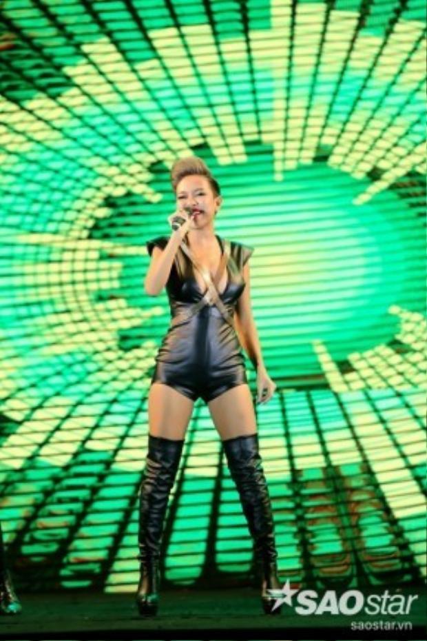 Trong một chương trình ca nhạc, Thảo Trang diện bodysuit xẻ ngực sâu táo bạo với phong cách sexy mà cô muốn hướng tới.