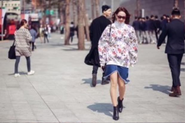 Phụ kiện đi kèm là giày bốt ankle cùng túi xách Chanel phối 2 màu đen -trắng.