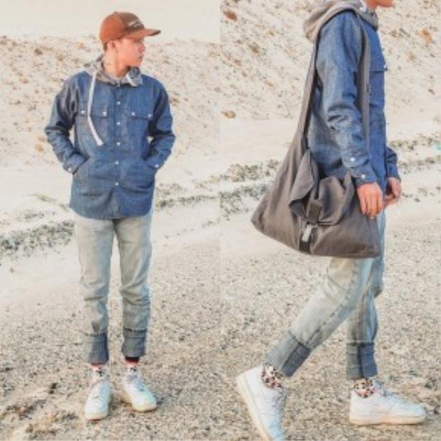 Denim-on-denim là cách phối hai món đồ denim trong cùng một tổng thể. Anh chàng Hy Khanh không quên nhấn nhá bằng một đôi sneaker trắng thanh lịch cho cả set đồ.