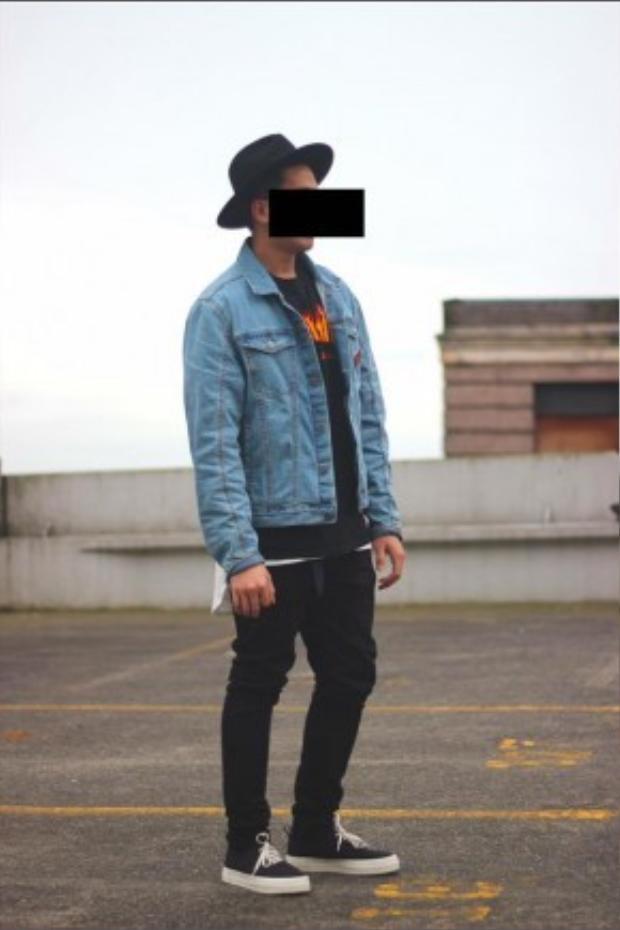 Combo thời trang quen thuộc của cánh con trai với denim jacket cùng trang phục all-black.