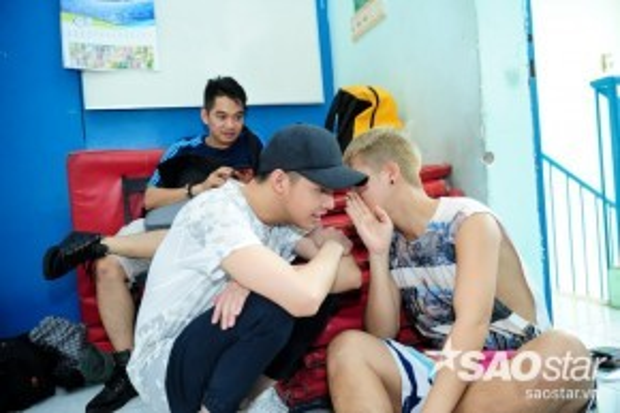 Noo Phước Thịnh hội ý cùng biên đạo Hồ Quang Vinh để mang đến tiết mục thật đặc sắc cuối cùng của team 07.