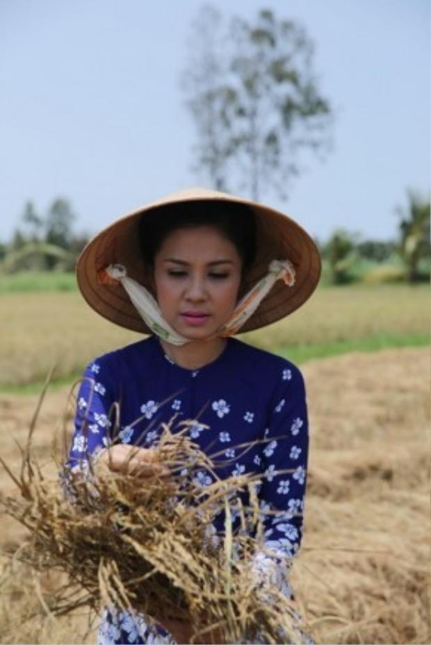 Khi đến đây, MC Việt Trinh và các thí sinh Hát vui - Vui hát đã rất xót xa khi thấy những cánh đồng khô cằnnứt nẻ, những thưở ruộng chết cháy khi còn non.