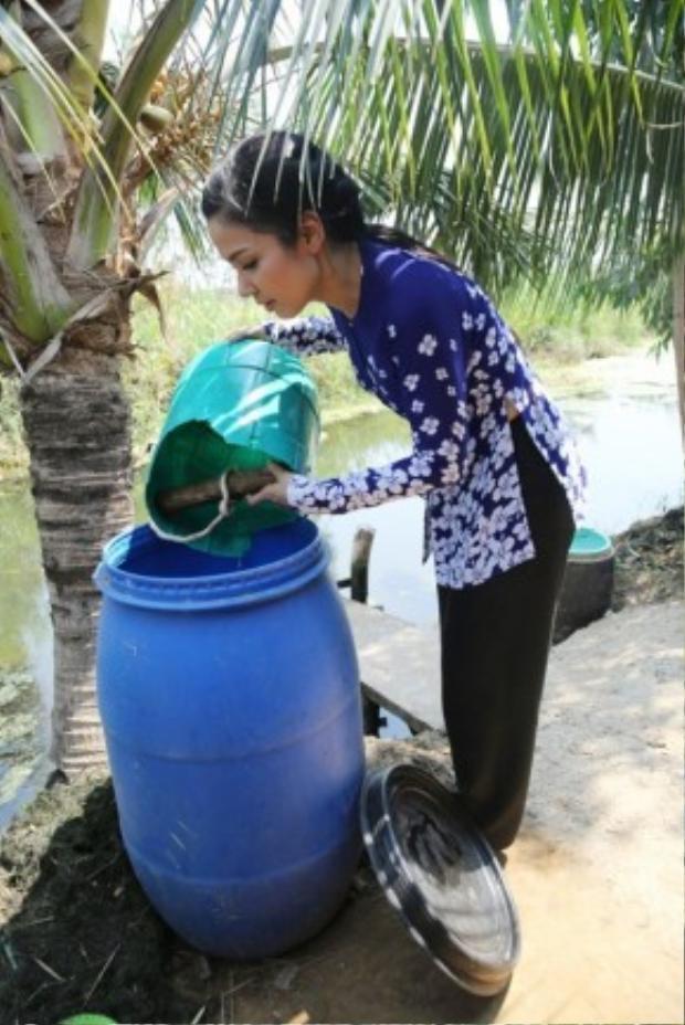 Nữ diễn viên còn tự tay xách nước như một người nông dân thực thụ.