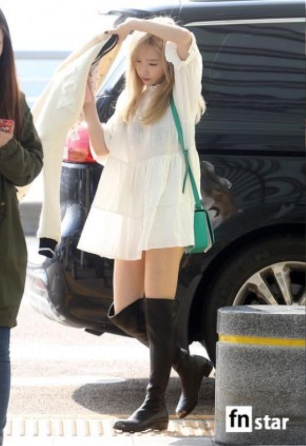 Giọng ca chính, leader TaeYeon trong chiếc đầm màu trắng đơn giản có giá chỉ 400 ngàn VNĐ, chiếc bomber khoác ngoài đến từ Juicy Couture với giá khoảng 6 triệu VNĐ. Đôi boot cao cổ cô đang mang có giá 34 triệu đến từ thương hiệu nổi tiếng Saint Laurent.
