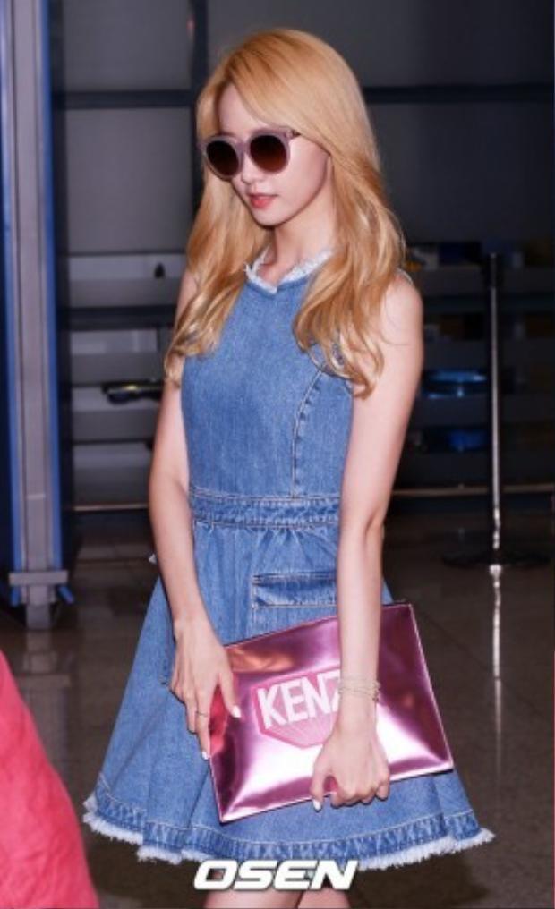 Gương mặt thiên thần của SNSD YoonA xuất hiện tại sân bay với chiếc đầm jean ôm có giá 11,3 triệu VNĐ của NTK Hàn Quốc Steve J & Yoni P. Túi cầm tay của Kenzo với giá 6,2 triệu VNĐ và đôi sandals ánh bạc của DKNY có giá 2,3 triệuVNĐ.