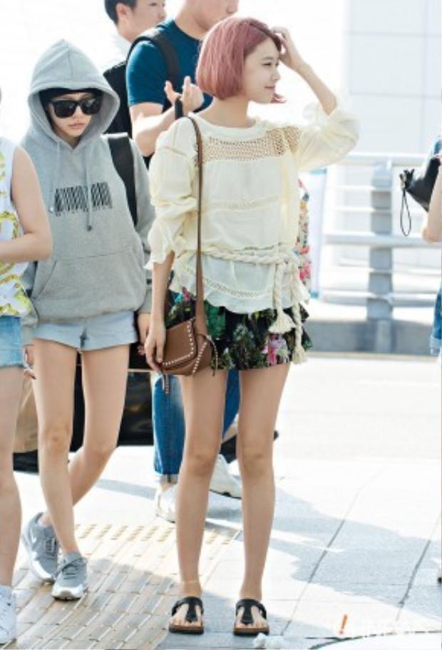 Chân dài Sooyoung với mái tóc bob ngắn nhuộm hồng cùng set đồ từ nữ hoàng của phong cách boho Isabel Marant. Chiếc áo khá điệu đà có giá 6,9 triệu VNĐ, chân váy hoa giá 4,3 triệu VNĐ và chiếc đai áo làm điểm nhấn cho bộ trang phục có giá 1,6 triệu VNĐ.
