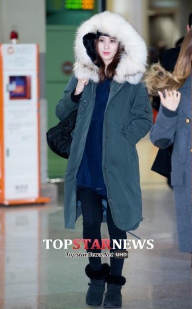Em út Seohyun với áo choàng lông dáng dài từ thương hiệu Hàn Quốc Thyren có giá khoảng 19 triệu VNĐ.