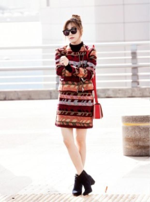 Tiếp tục là bộ đồ vô cùng thời thượng của mắt cười Tiffany từ nhãn hiệu Maje. Chiếc jacket cùng chân váy cô đang mặc có tổng giá trị khoảng 19 triệu VNĐ. Túi xách cũng của nhà Maje với giá 12 triệu VNĐ.