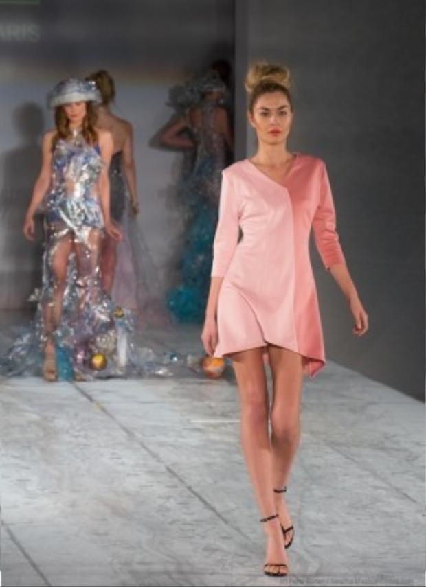 Những gam màu trung tính được thể hiện ra sự mix&match nhiều mảnh ghép, đường cắt may đơn giản nhưng vẫn khiến bộ đồ sang trọng và tôn được vóc dáng người mặc.