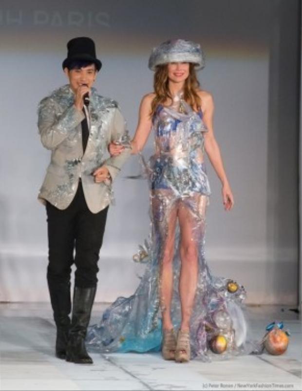 Ca sĩ Y Thanh cũng khép màn phần trình diễn thời trang bằng một tiết mục ca hát sôi động.