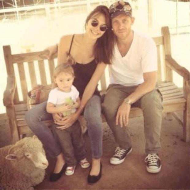 Một người chồng tuyệt vời, một bé gái đáng yêu, một sự nghiệp đang lên, một gia đình hạnh phúc.