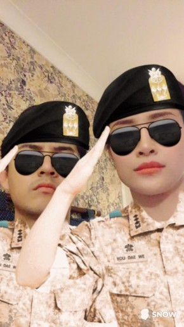 Ông Cao Thắng và Đông Nhi được fan hết lời khen ngợi vì biểu cảm không thua kém quân nhân thực thụ.