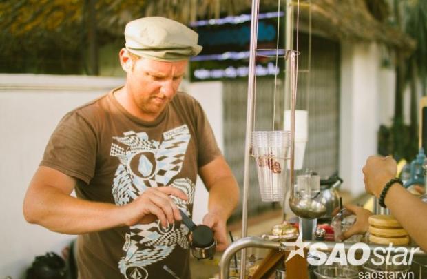 Câu chuyện thú vị của chàng trai Pháp bán cafe dạo ở Sài Gòn