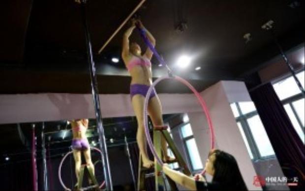 Phòng tập của Tiểu Duyên, ngoài múa cột, còn huấn luyện múa lụa, múa vòng và những loại hình múa trên không khác. Bất kỳ thay đổi nào về dụng cụ tập, cô đều thử trước để đảm bảo chắc chắn an toàn trước khi cho các học viên của mình tập luyện.