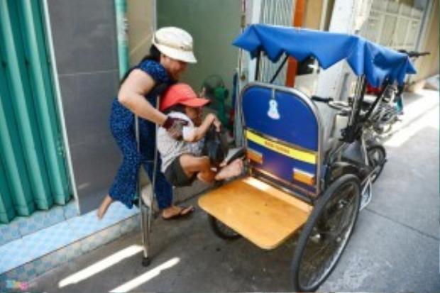 Mỗi ngày bà Vân chở ông trên chiếc xe lăn đi bán vé số khắp Sài Gòn, đến khuya mới trở về nhà.