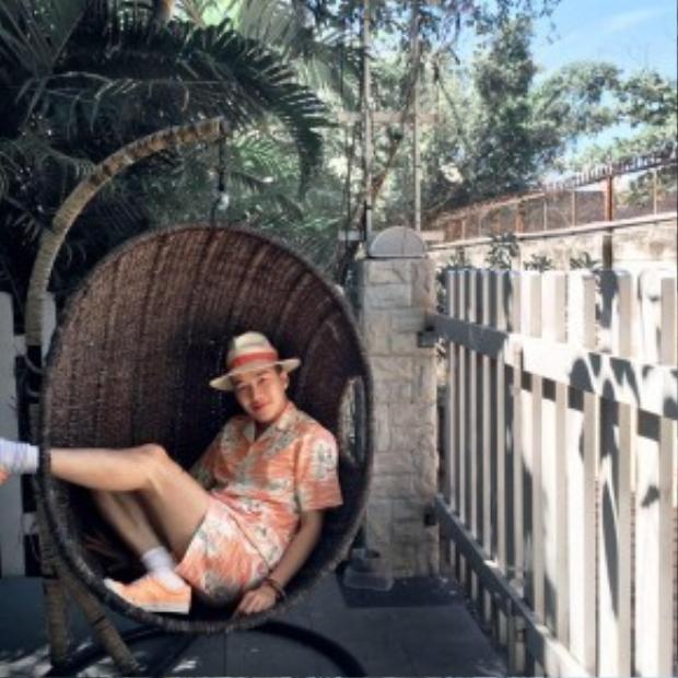 Stylist Lê Minh Ngọc diện cả cây họa tiết tropical sặc sỡ ton-sur-ton với đôi giày sneaker và nón fedora cói. Nếu chán trang phục màu trơn, hãy thử sử dụng trang phục với họa tiết tropical ngay thôi nào!