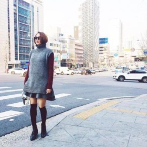 Vì đang ở Hàn Quốc nên Minh Hằng mặc trang phục có phần hơi dày và kín hơn so với các sao Việt khác. Tuy nhiên, trông cô nàng vẫn cực trendy với những lớp layer giữa tồng xám và những màu trầm.