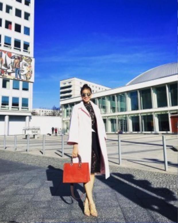 Vẫn là chiếc túi Diorissimo nhưng Hoa hậu Phạm Hương lại mix match vô cùng biến hóa với đủ mọi màu sắc. Nhìn chung thì combo thân thuộc của cô vẫn là váy body con, giày gót nhọn, trench-coat dáng dài cùng một cặp kính Dior thời thượng.