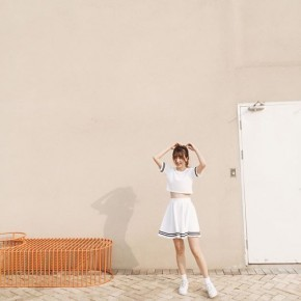 Quỳnh Anh Shyn chọn trang phục mang hơi hướng Sporty cho mình với croptop cùng chân váy cheerleader khỏe khoắn. Cô nàng phối cùng giày sneaker trắng cùng kiểu tóc đuôi ngực buộc cao.