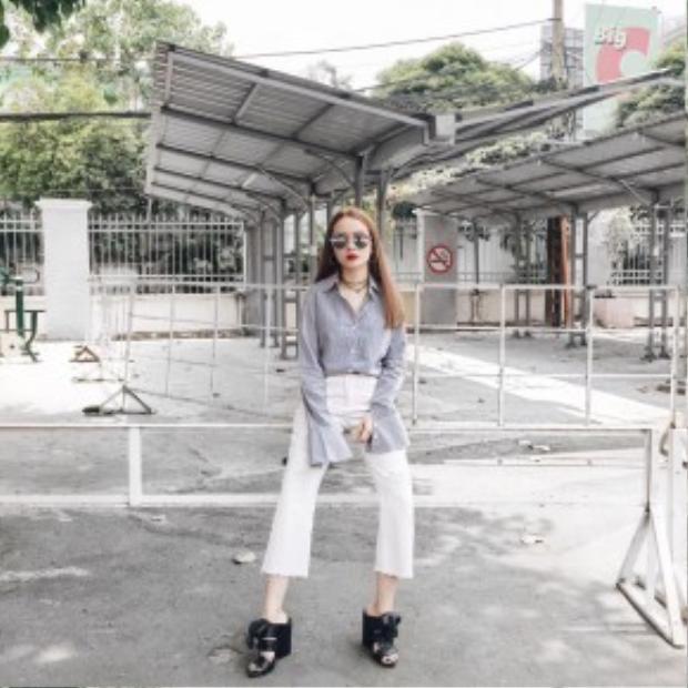 Fashionista hàng đầu của showbiz Việt - Yến Trang diện trang phục mang hơi hướng preppy phá cách với quần culottes, giày mulles, áo sơ mi tay chuông.