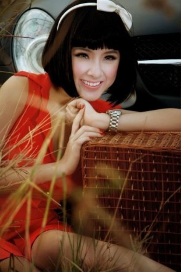 Angela Phương Trinh khiến nhiều người hâm mộ bất ngờ khi để kiểu tóc này. Kiểu trang điểm nhẹ nhàng, tự nhiên khiến ý đồ ăn gian tuổi tác của bà mẹ nhí thành công.
