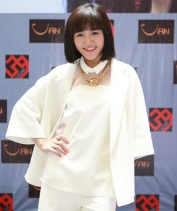 Tóc mái bằng tuy khiến Văn Mai Hương trẻ trung, hợp độ tuổi, nhưng lại không phù hợp với khuôn mặt tròn trĩnh của cô.