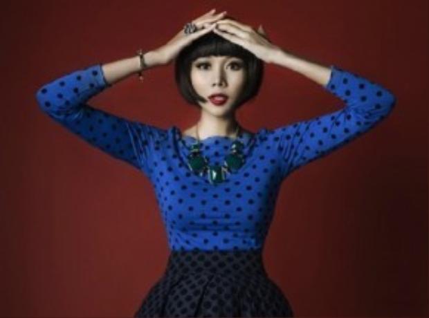 Siêu mẫu Thanh Hằng mang lại diện mạo hoàn toàn mới. Với tạo hình ấn tượng cùng biểu cảm chuyên nghiệp, cô thực sự tạo được ấn tượng cho người hâm mộ. Sự thay đổi với những kiểu tóc giúp hình ảnh xuất hiện trước công chúng được đổi mới, lạ lẫm nhưng hấp dẫn.
