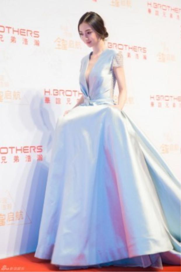 Cô như nàng công chúa trên thảm đỏ.