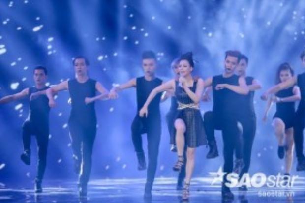Nữ ca sĩ gây bất ngờ khi trình diễn vũ đạo cực sôi động.