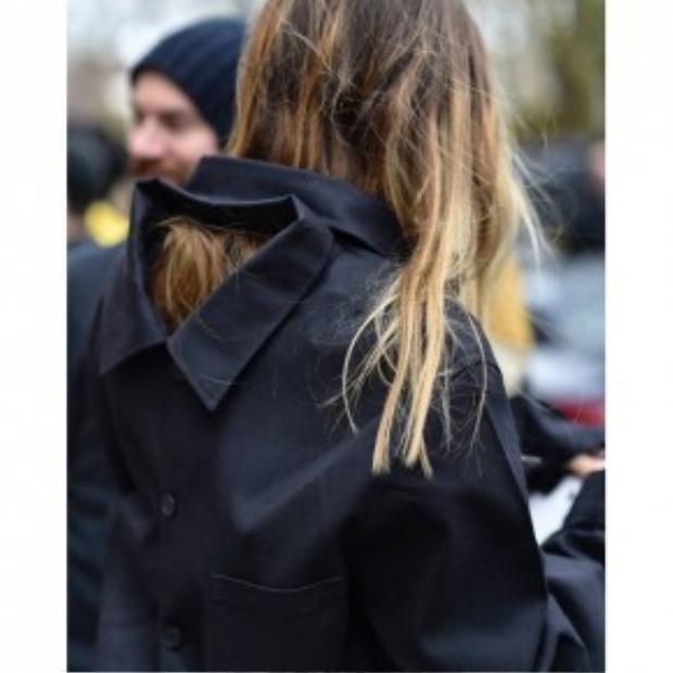 Cô gái này thích sự kín đáo nên cài hết mọi chiếc cúc nhưng điểm nhấn để tạo nên sự khác biệt chính là chiếc cổ áo giả ngay sau gáy. Mới mẻ và thú vị!