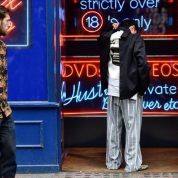 """Hai trend diện áo ngược và đồ ngủ ra đường được anh chàng này """"xuất chiêu"""" cùng một lúc."""