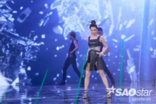 Hồ Quỳnh Hương cá tính trong trang phục đậm chất monochrome với đen toàn tập.