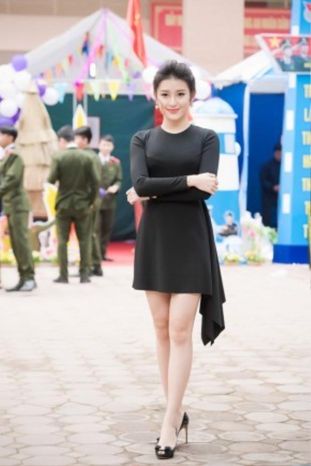Hôm qua (27/3), Á hậu Huyền My xuất hiện đầy xinh đẹp và quyến rũ tại Học viện An ninh Nhân dân để đảm nhận vai trò giám khảo cho một cuộc thi các điệu múa dân gian do các bạn sinh viên tổ chức trong chương trình Hội trại Thanh niên năm 2016.