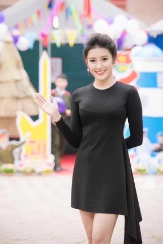 Trái ngược với hình ảnh lộng lẫy mỗi khi xuất hiện trước đây, lần này, Á hậu Huyền My đã thu hút sự chú ý của toàn bộ sinh viên với gương mặt xinh đẹp và bộ váy đen giản dị chỉ có giá 2 triệu đồng.