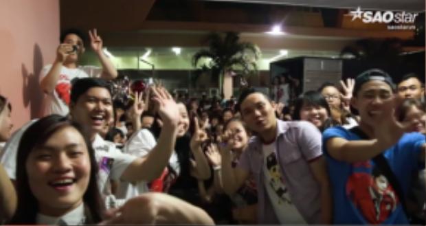 Rất đông fan hâm mộ đứng sau cánh cửa hậu trường hò hét gọi tên Noo Phước Thịnh.