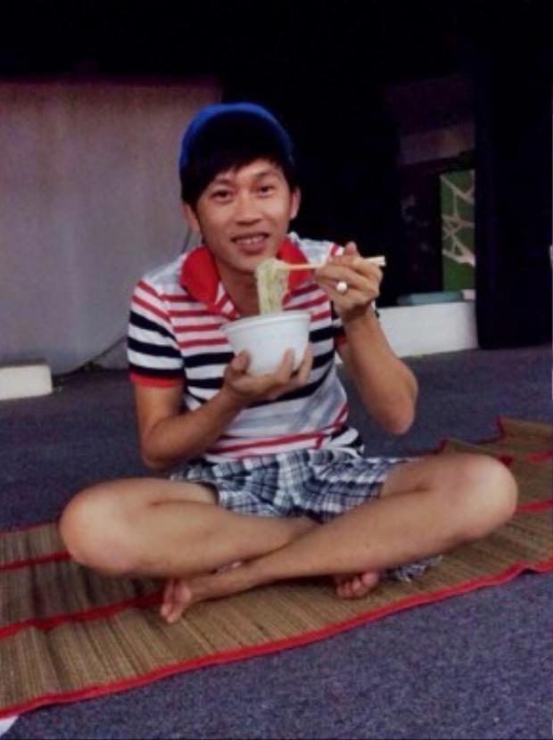 Mỳ tôm cũng là sở thích của Hoài Linh phía sau hậu trường.