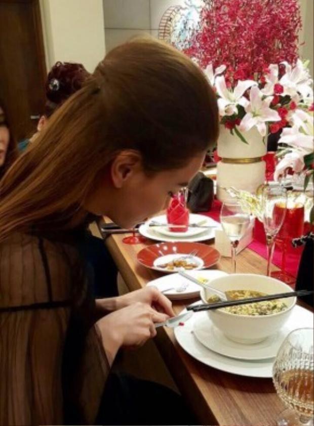 Hồ Ngọc Hà không quên tự tay cắt ớt cho vào bát mỳ tôm của mình.
