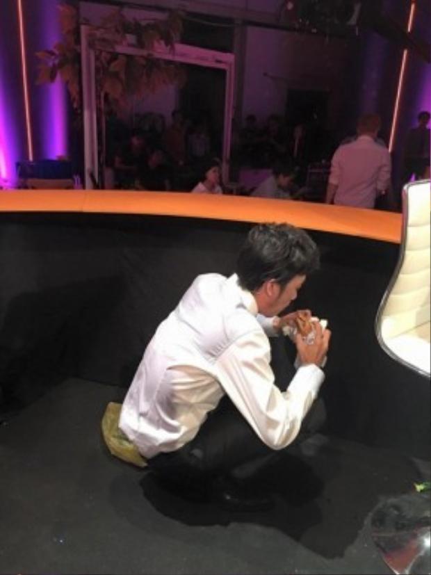 Khoảnh khắc Hoài Linh ngồi xổm, đang tranh thủ ăn vội bánh mỳ khiến nhiều người hâm mộ không khỏi xót xa và thêm yêu mến anh hơn.