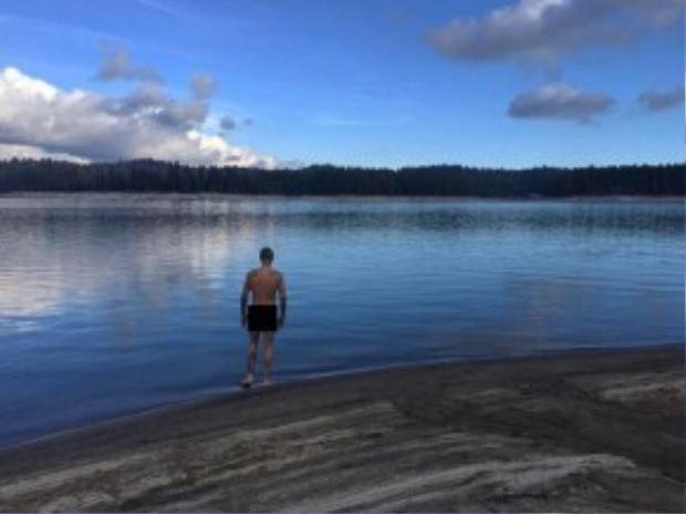 6 tháng sau bức ảnh nude tự khoe đầu tiên nhưng sau đó gỡ xuống, mới đây Justin Bieber lại khiến người hâm mộ và báo giới chú ý khi đăng lên trang Instagram bức ảnh khỏa thân đứng bên hồ nước. Bức hình do John Shahidi - CEO của mạng xã hội mà Justin đầu tư 1,1 triệu USD chụp lại trong chuyến cắm trại gần đây ở West Coast.