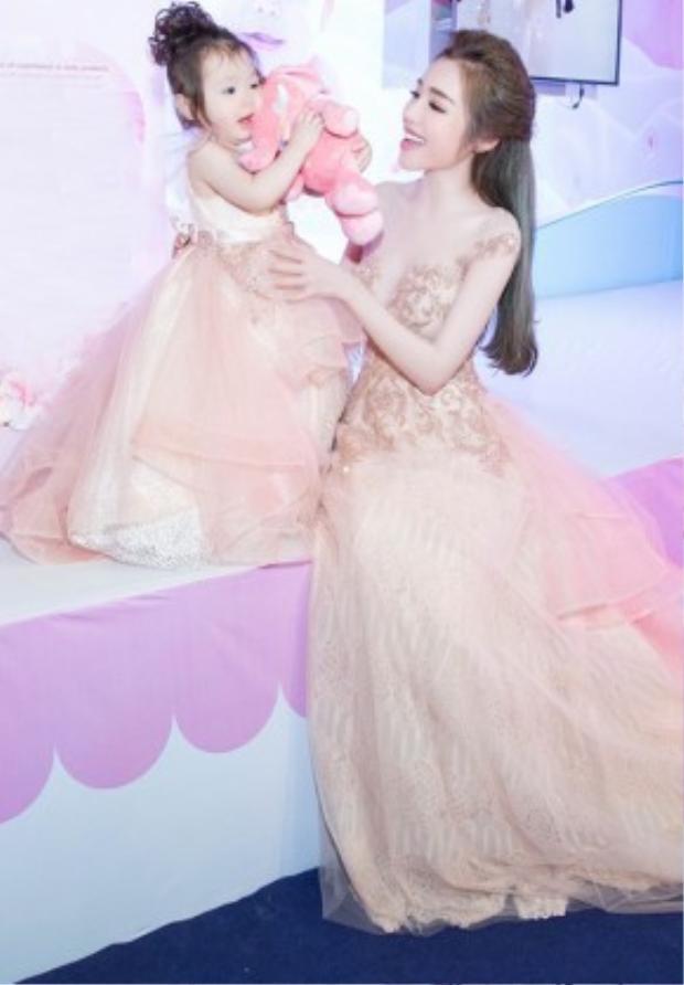 Chiều 27/3, Elly Trần cùng con gái Cadie Mộc Trà tham gia một ngày hội dành cho gia đình. Cả hai mẹ con xuất hiện trong trang phục dạ hội do nhà thiết kế Phạm Đặng Anh Thư thực hiện.
