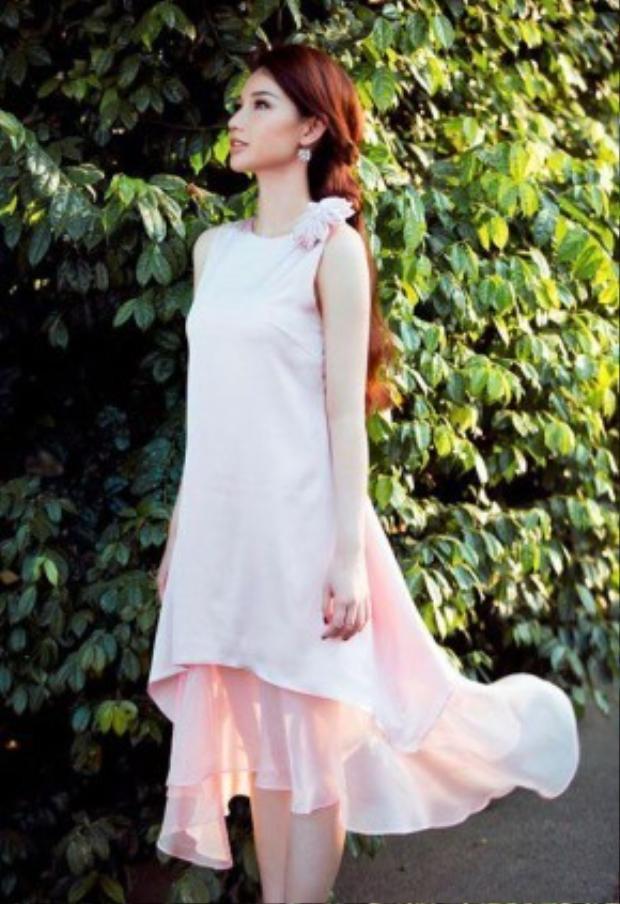 Quỳnh Chi trông vô cùng thanh lịch trong chiếc váy màu hồng phấn cùng kiểu tóc tết dịu dàng.