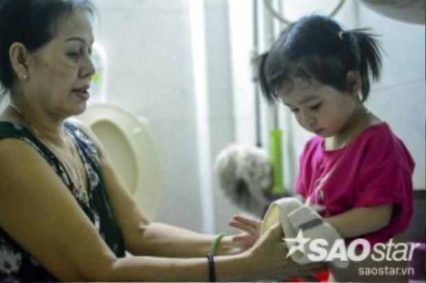 Do điều kiện khó khăn, chị Thư chỉ đủ tiền gửi 3 đứa đi nhà trẻ, còn mình và bà nội chăm sóc 2 bé còn lại.