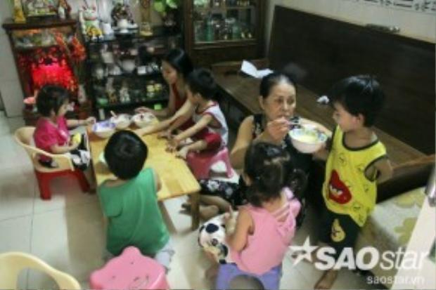 Cùng chia sẻ khó khăn với con dâu, bà Kim (mẹ chồng) cũng luôn động viên giúp đỡ vợ chồng trẻ vượt qua khó khăn.