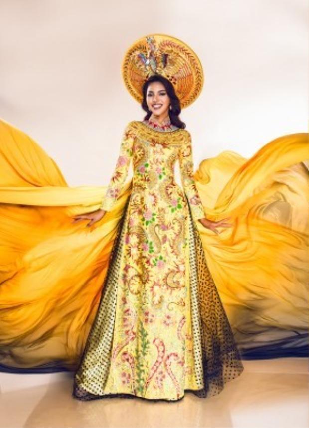 Đây là bộ trang phục được hoàn thành bởi đa số họa tiết Việt Nam với hình ảnh rồng, phượng đậm nét Á Đông nhưng kết hợp với cách mặc của người Ai Cập cổ đại.