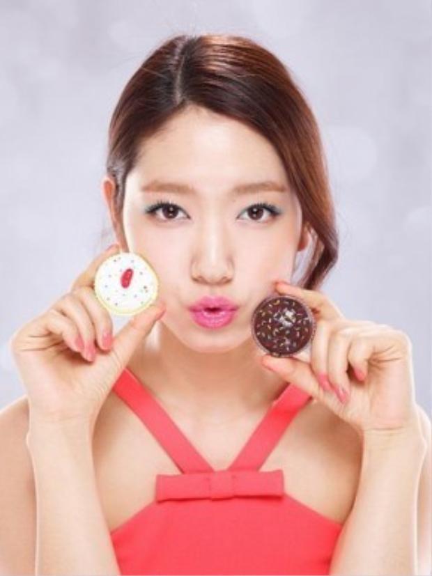 Được biết cô nàng Park Shyn Hye cũng là một trong những tín đồ của dòng son dưỡng đáng yêu này.