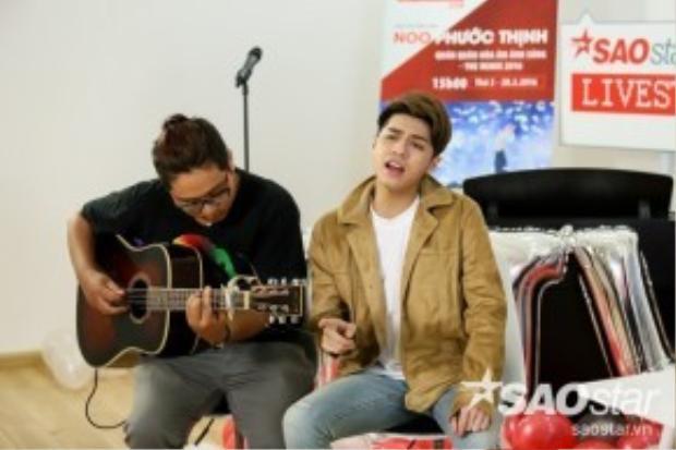 Noo khoe trọn chất giọng mượt mà với Cause I Love You cùng tiếng đàn guitar.